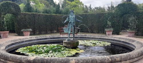 Fontaine avec statue centrale