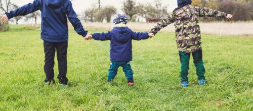 Famille se tenant par la main
