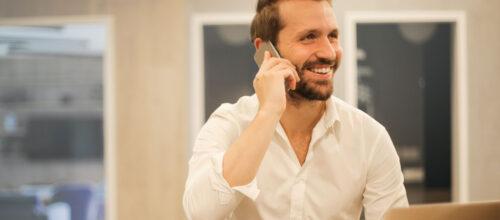 Homme discutant au téléphone