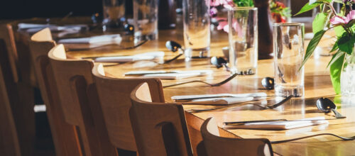 Table de fête avec couverts dressés